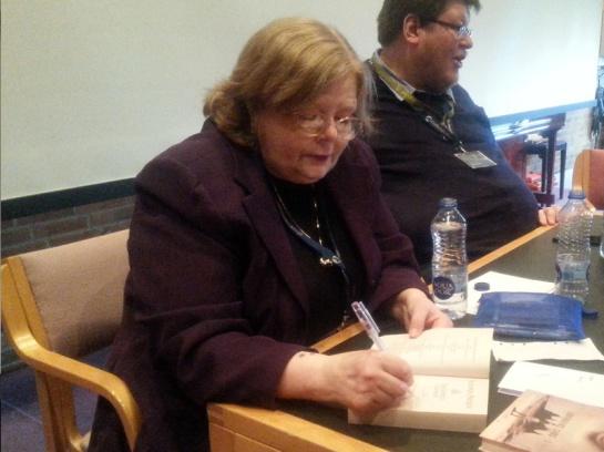 Tamora Pierce signerer